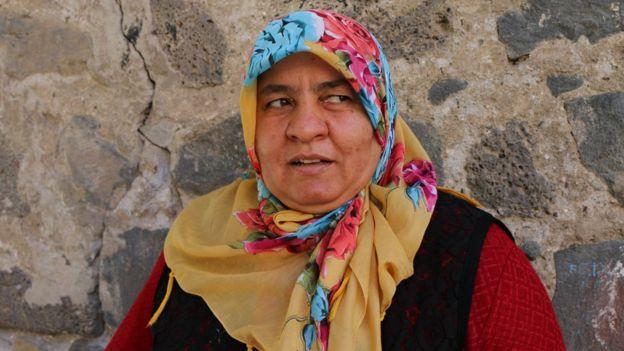 Saime adlı mahalle sakini, evinden çıkmayacağını belirtiyor.