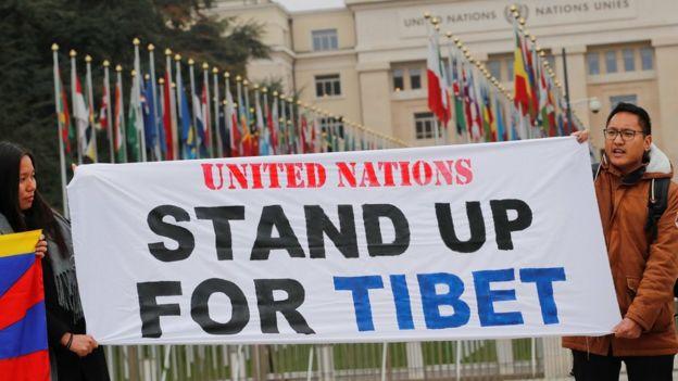 支持西藏的组织,在联合国人权理事会审议中国之前,在日内瓦联合国总部外举起横幅