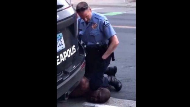 trecho de filmagem mostra um policial ajoelhado no pescoço de George Floyd.