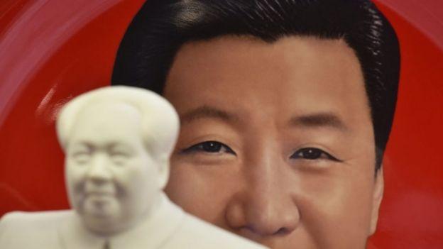 印有習近平頭像的盤子與毛澤東的雕像