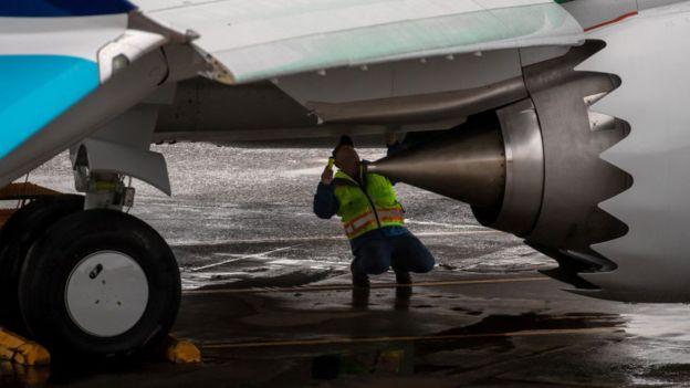 Trabajador arreglando un 737 Max
