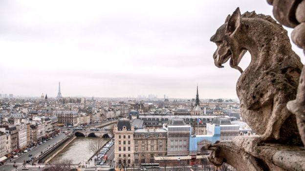 Самые известные из существующих ныне химер - те, что сидят на Соборе Парижской Богоматери