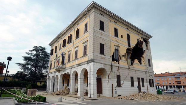 Edifício afetado por terremoto no norte da Italia