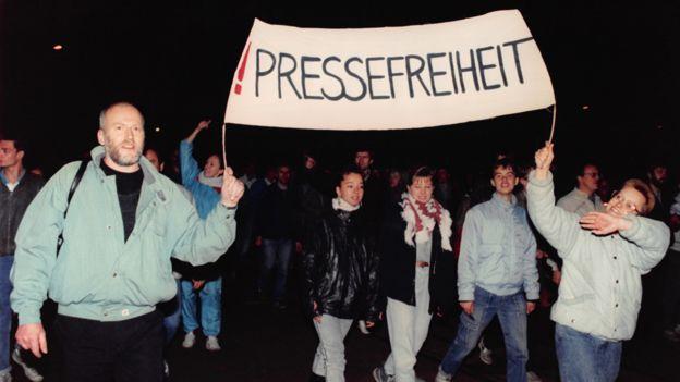 """1989年10月16日,莱比锡示威,横幅上书""""新闻自由"""""""
