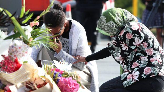 صدها دسته گل و شمع به یاد قربانیان این دو حمله در محل حادثه قرار داده شده است
