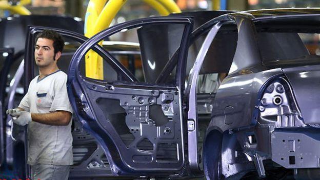 در هفتههای اخیر قیمت خودرو در بازار ایران افزایش یافته تا جایی که اختلاف قیمت خودرو در کارخانه با بازار آزاد در بعضی خودروها به چند ده میلیون تومان هم رسیده است