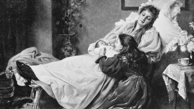 Pintura em preto e branco mostra mulher deitada com bebê recém-nascido no colo, e menina ajoelhada ao lado brincando com neném