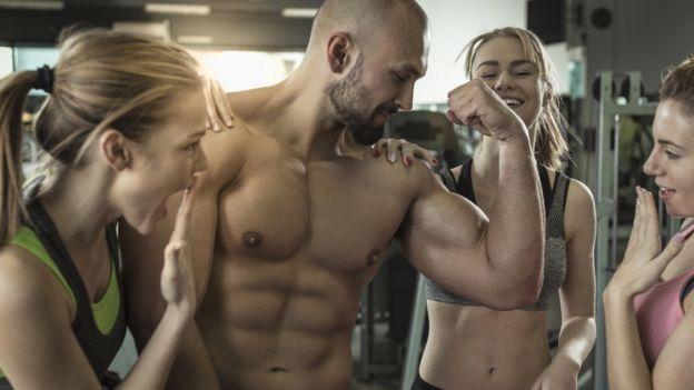 Homem aí e mulheres em academia