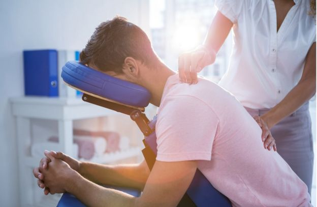 Hombre recibiendo fisioterapia.