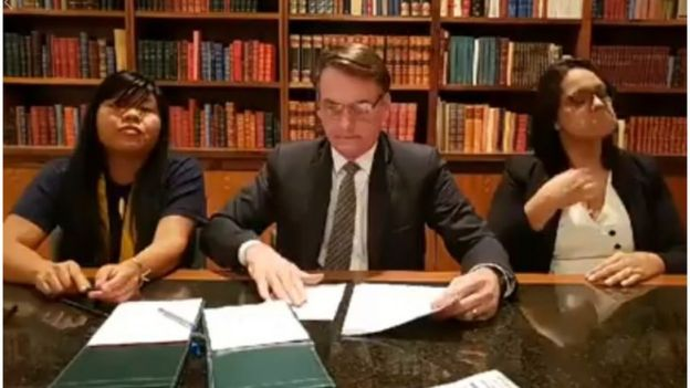 Ysani junto com Bolsonaro e intérprete de libras