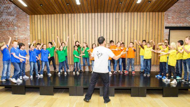 Niños en un coro que forma parte del program de la Fundación Botín