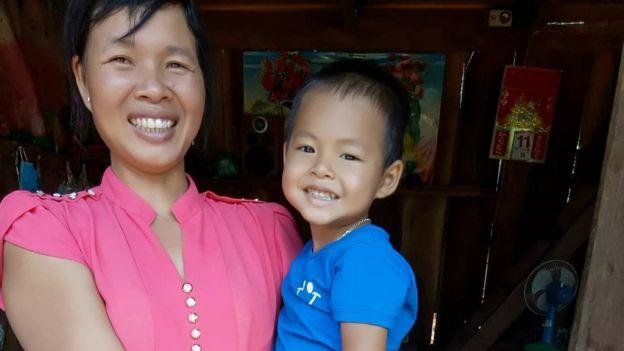 Bà Mai Thị Khuyên, vợ của Đặng Văn Hiến cùng con trai út