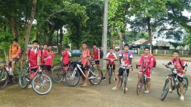 ภาพของเด็ก ๆ ทีมหมูป่าที่โพสต์บนเฟซบุ๊กก่อนที่พวกเขาจะเดินทางเข้าไปในถ้ำหลวง