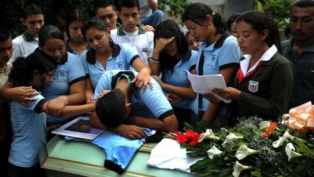 Funeral de una de las victimas del atentado en Mejicanos.