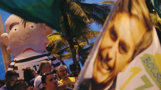 Manifestação tem boneco inflável representando Lula como presidiário e bandeira com o rosto e Bolsonaro