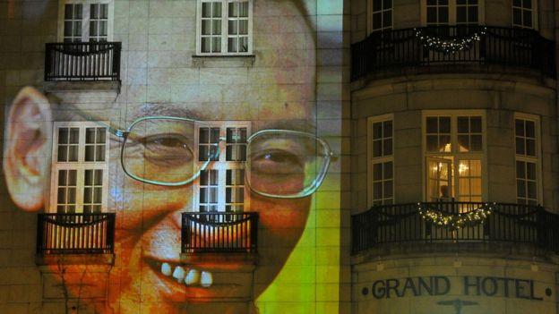 資料圖片:劉曉波2010年獲得諾貝爾獎後,他的影像投射在奧斯陸的一個飯店前