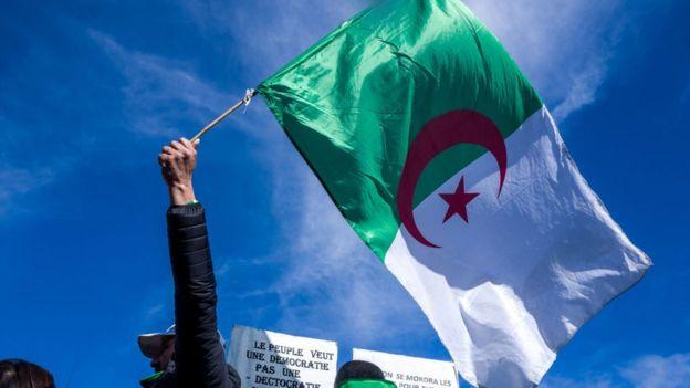 La diaspora algérienne se mobilise aussi, comme ici le 17 mars en France.