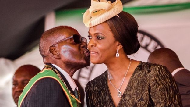 穆加贝亲吻第一夫人格雷斯