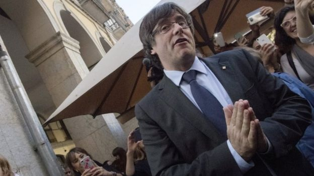 Sacked Catalan leader Carles Puigdemont greets supporters at the entrance of a restaurant in Girona, 28 October 2017