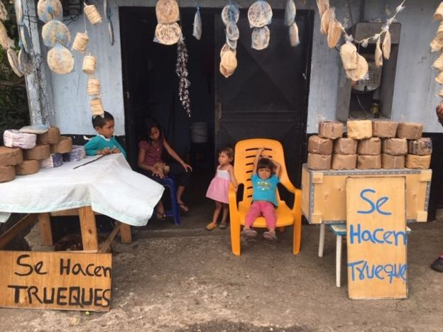 Posto de troca em Cúpira, na Venezuela