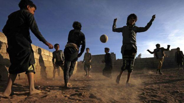 أطفال يمنيون يلعبون