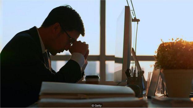 Homem estressado pensando