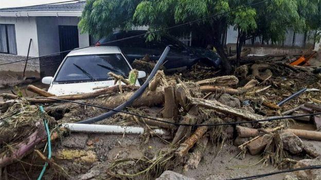 Rumah-rumah hancur, juga berbagai kendaraan.