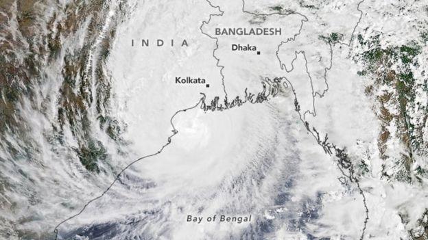 Imagen satelital de Amphan compartida por la NASA.