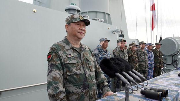 Tổng Bí thư, Chủ tịch nước, Chủ tịch Quân ủy Trung ương Trung Quốc Tập Cận Bình duyệt binh trên biển ở Biển Đông hôm 12/4