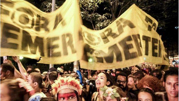 Faixas contra o presidente Temer em bloco de Carnaval