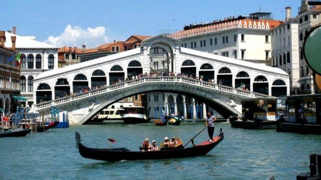 加裏亞托橋(the Rialto Bridge)是威尼斯的象徵。