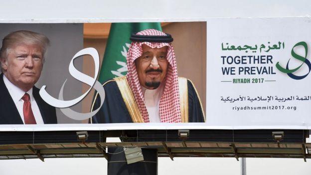 Cartel con los rostros de Trump y el rey Salmán bin Abdulaziz