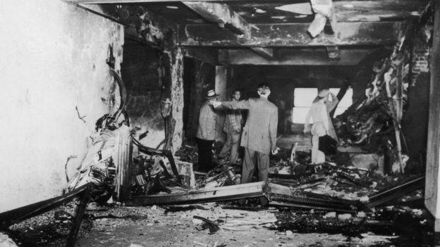 Destrucción en el Empire State después de que una aeronave del ejército de EE.UU. se estrellara contra los pisos 79 y 80.