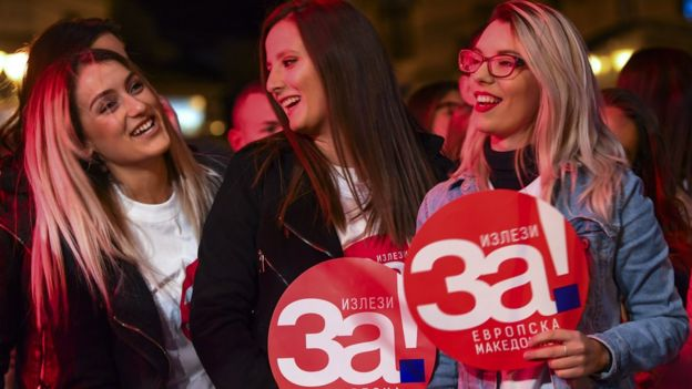 """Молодежь в Скопье с плакатом """"Да - европейской Македонии"""""""