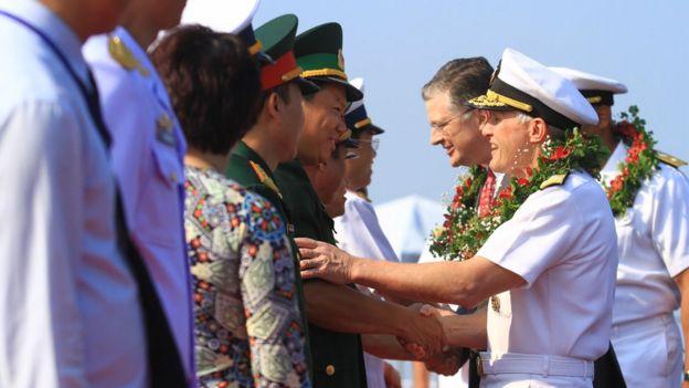 Phó Đô đốc Phillip G. Sawyer, Tư lệnh Hạm đội 7 của Hải quân Mỹ, chào đón các quan chức Việt Nam sau khi hàng không mẫu hạm USS Carl Vinson cập cảng Đà Nẵng hôm 5/3/2018.
