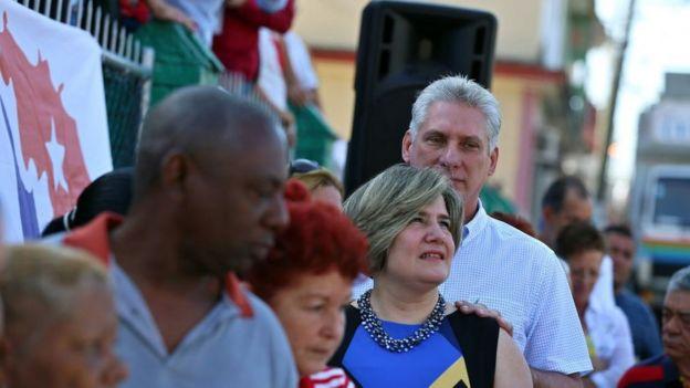 Díaz-Canel y su esposa, antes de votar en la provincia de Villa Clara.