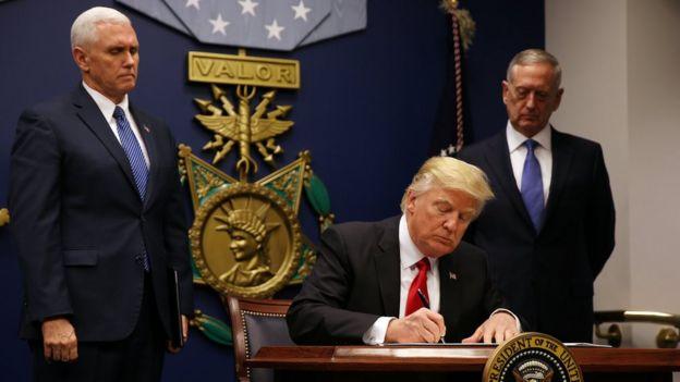Donald Trump firma el primer veto migratorio