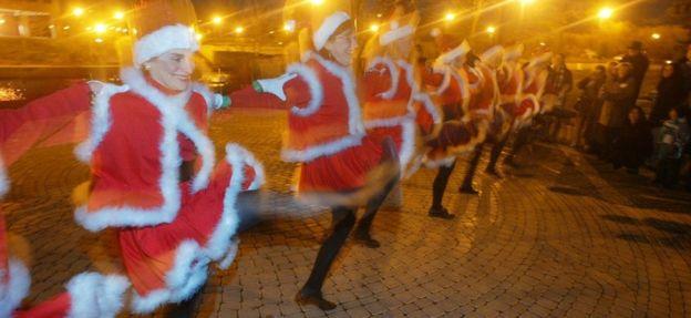 Noel Baba kıyafetli dans