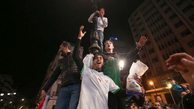 Les algérois ont passé une partie de la nuit à fêter l'annonce de la démission de l'ex-président.