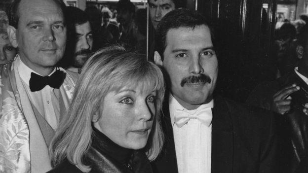 Mary Austin, Freddie Mercury y Jim Beach, manager de Queen, en 1986.