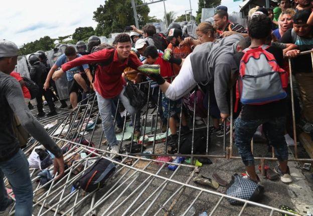 Migrantes enfrentan a la policía