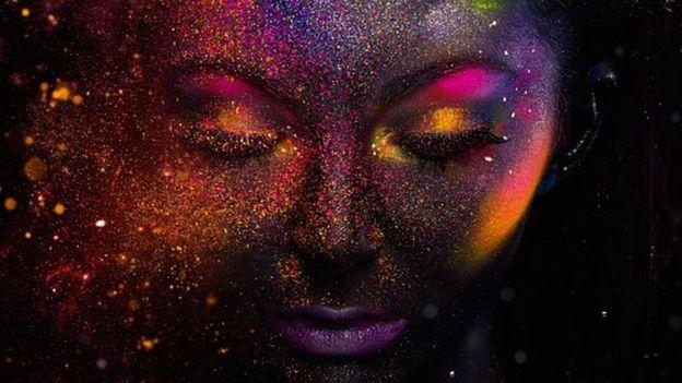 Rosto de mulher maquiado com glitter