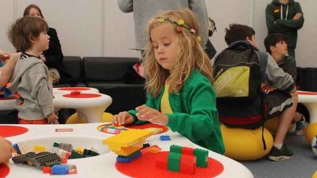 Y sialens Lego yn y babell dechnoleg heddi' ydy creu creadur. Mae Cadi wedi gwisgo o'i choryn i'w sawdl mewn lliwiau sy'n gweddu'n berthffaith i'r dasg // Cadi gets to it, creating a creature from Lego at the Technology Exhibition