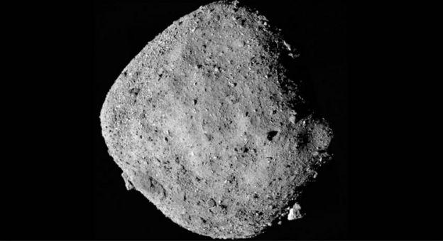ภาพถ่ายดาวเคราะห์น้อยเบนนู ซึ่งยานสำรวจ OSIRIS-REx ขององค์การนาซาบันทึกไว้ หลังพบว่ามีแหล่งน้ำอยู่ด้วย