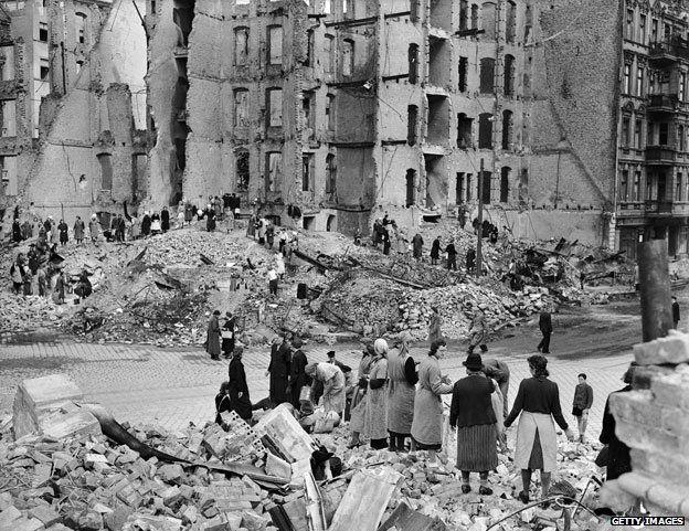 Women in the ruins of Berlin (1945)