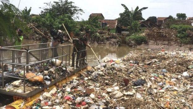 Seperti halnya negara-negara berkembang, Indonesia menghadapi masalah sampah yang akut.