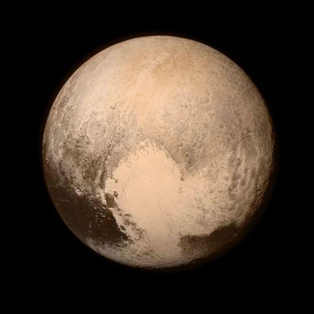 Image caption Michael Brown e Konstantin Batygin fazem parte também da  equipe de pesquisadores que reibaxou Plutão à categoria de planeta anão    Imagem  ... 5c06ad02e2