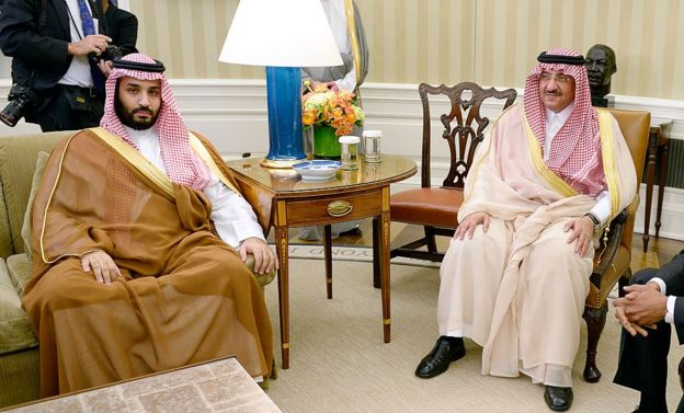 Mohammed bin Nayef (kanan) dan Mohammed bin Salman (kiri) pada 2015.