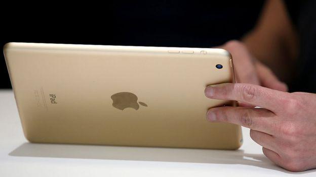 Mano sostiene un iPad.