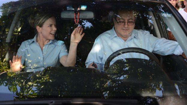 Gleisi Hoffmann e o marido, Paulo Bernardo, dentro de carro